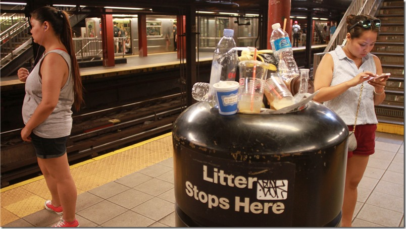 Comptroller Scott Stringer audits finds woefully inadequate cleaning leaves subway tracks littered with garbage and infested by rats. Photo Credit: Mariela Lombard / El Diario.